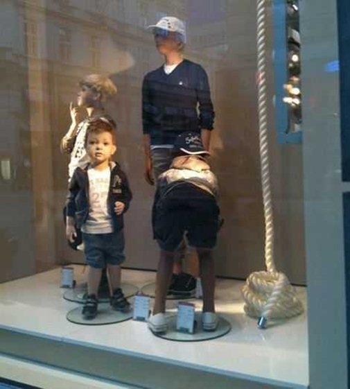 Ề, đúng là trẻ con hiếu động,saolại chổng mông vào khách hàng thế kia?
