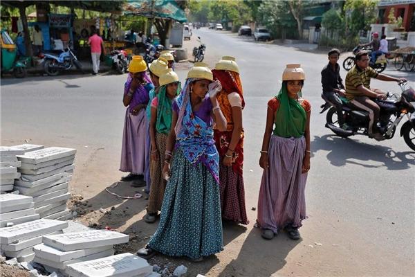 Những cô gái di cư nghèo khổ. (Ảnh: Internet)