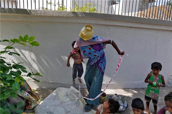 Mẹ đưa Shivani đi khi tan làm. (Ảnh: Internet)