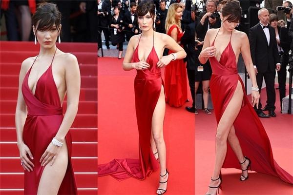 Bella Hadid được tạp chí Vogue nhận xét là một trong những ngôi sao mới nổi bật trên thảm đỏ Cannes năm nay với gu thời trang tinh tế, biến hóa linh hoạt. Hôm qua, nữ người mẫu diện chiếc váy đỏ rực với đường xẻ sâu hút lên gần đến phần bụng. Thật khó để hiểu với kiểu trang phục này, các người đẹp sẽ diện nội y như thế nào.