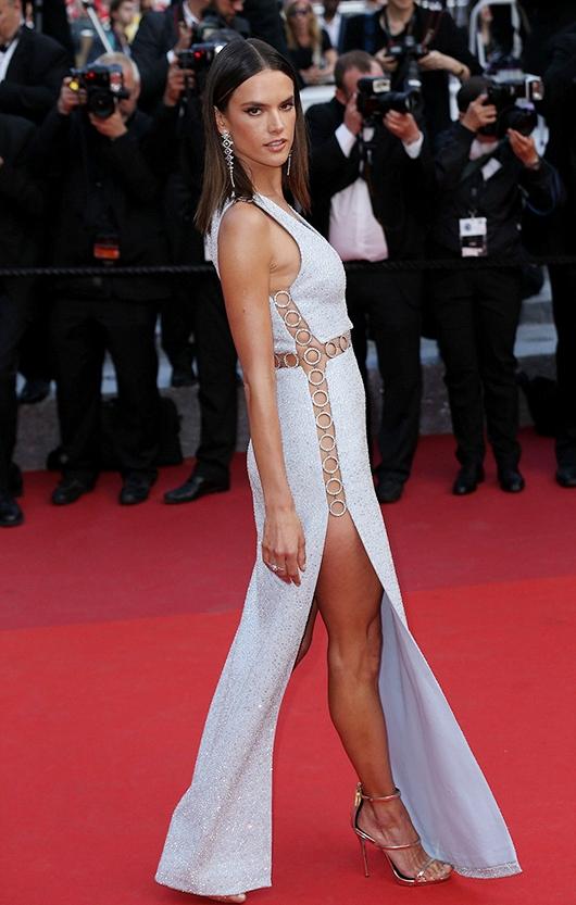 """""""Cuộc chiến"""" váy xẻ trên thảm đỏ Cannes đốt mắt người nhìn"""