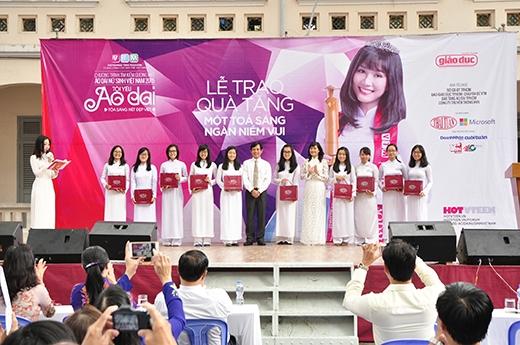 Hơn 1000 bộ vải áo dài được tặng cho nữ sinh của trường THPT Chuyên Lê Hồng Phong do nhãn hàng Lencii – Thương hiệu Thái Tuấn tài trợ.