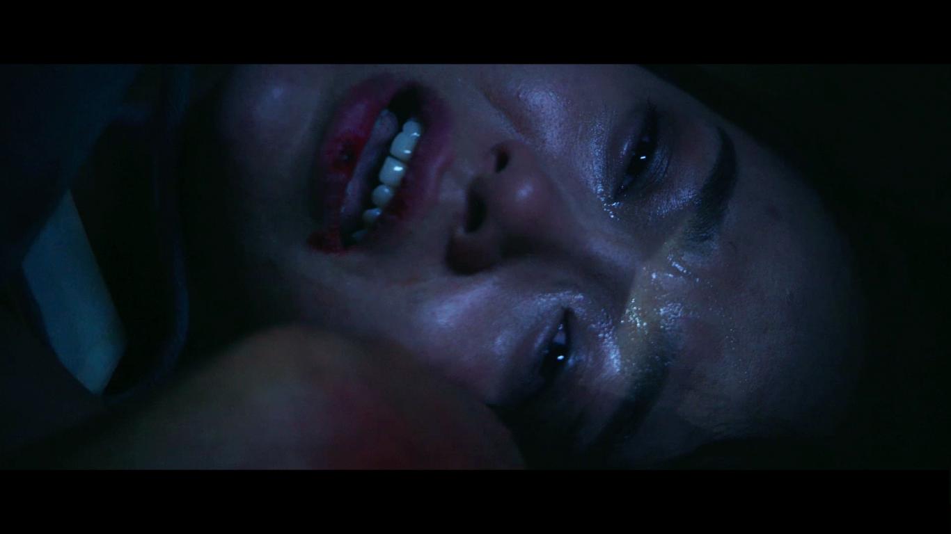 Sự đau đớn về thể xác, những tiếng gào thét khản giọng và nước mắt ướt nhòe trên gương mặt của Minh Hằng khiến cảnh quay thật hơn, lấy được nước mắt và sự đồng cảm của người xem. - Tin sao Viet - Tin tuc sao Viet - Scandal sao Viet - Tin tuc cua Sao - Tin cua Sao