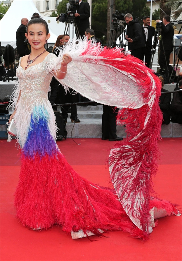 """Trong ngày khai màn Cannes lần thứ 69, 2 gương mặt của làng giải trí Hoa ngữ Lý Vũ Xuân và Triệu Nhĩ Linh dắt tay nhau vào danh sách thảm họa thời trang. Nếu như bộ váy đen của Lý Vũ Xuân được ví von với chiếc túi đựng rác khổng lồ thì thiết kế phủ lông mà Triệu Nhĩ Linh diện lại được đặt tên gọi là """"phượng hoàng phiên bản lỗi""""."""