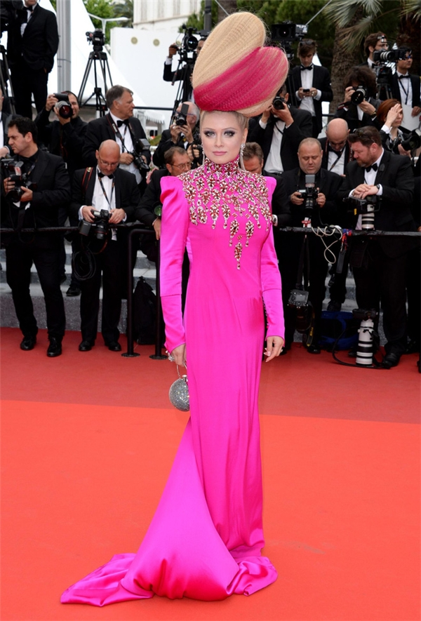 Elena Lenskaya khiến khán giả trên toàn thế giới phải bội thực với màu hồng khi nhìn ngắm những hình ảnh của cô trên thảm đỏ Cannes năm nay. Bên cạnh cách phối trang phục cầu kì, khó hiểu, kiểu trang điểm hay làm tóc của Elena cũng không hề liên quan đến tổng thể. Hình tượng mặc xấu, mặc quái dị như thế này được cô giữ vững trong nhiều năm qua.