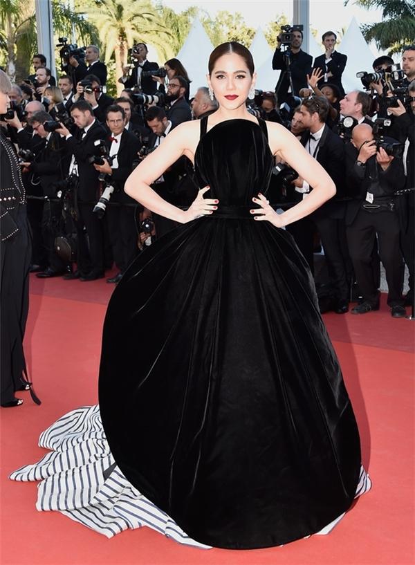"""Được đánh giá có thể """"soán ngôi"""" của Phạm Băng Băng tại Cannes nhưng mĩ nhân Chompoo vẫn xuất hiện trong dánh sách thảm họa năm nay.Bộ váy thứ ba mà Chompoo diện trông khá giống tạp dề làm bếp."""