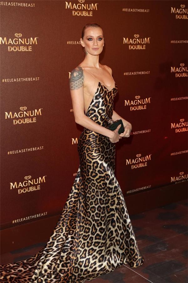 Họa tiết da báo dày đặc thật sự khiến người xem sợ hãi với chiếc váy của Albania Didem Soydan.