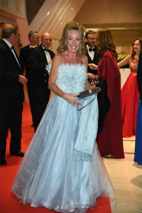 Bộ váy của công nương Camilla trông giống một chiếc váy cưới cũ mèm hơn là hàng hiệu mang lên thảm đỏ. Cả màu sắc và chất liệu của thiết kế này hoàn toàn mất điểm.