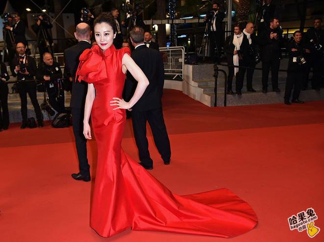 Chiếc váy đỏ của vị khách mời này trông ngột ngạt, bí bách. Nhiều ý kiến còn đùa rằng đây là chiếc nơ đỏ gói quà trong truyền thuyết.