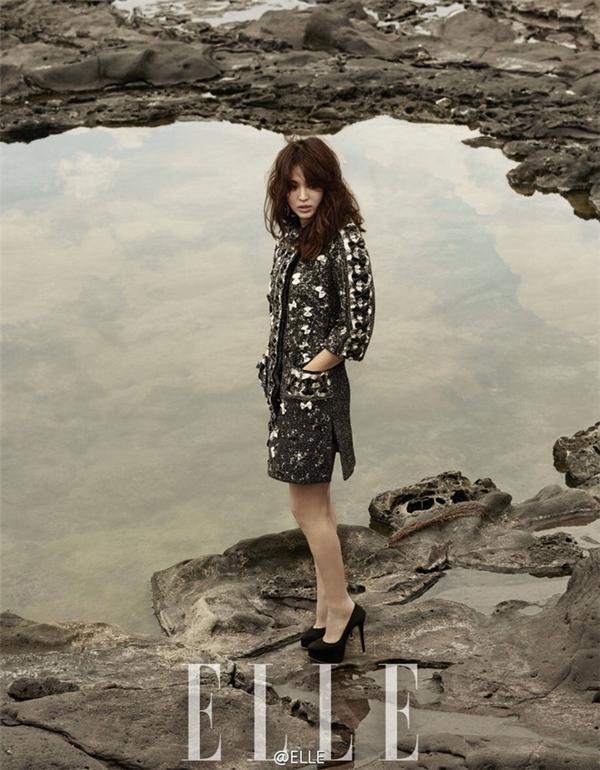 Song Hye Kyo được trang điểm với mắt màu khói và diện trang phục màu trầm mang đến vẻ ngoài sang trọng, quý phái. Điều này khác hẳn với hình ảnh trong veo, nhẹ nhàng, ngọt ngào thường thấy của nữ diễn viên.