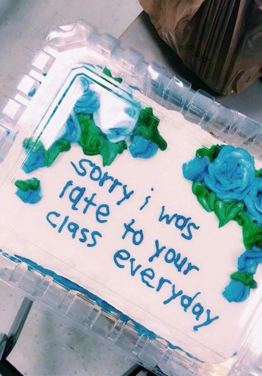 """Trên bánh cô còn tự tay viết dòng chữ: """"Xin lỗi thầy vì ngày nào em cũng đi trễ lớp của thầy."""" (Ảnh: Internet)"""