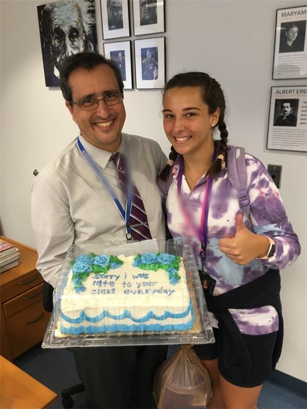 Thầy gửi lời cảm ơn Jenny và cùng cô nữ sinh chụp ảnh kỷ niệm cùng chiếc bánh kem. (Ảnh: Internet)