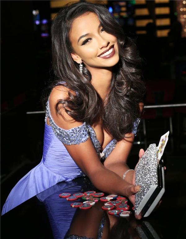 Năm nay 22 tuổi, Flora Coquerel là một trong những người đẹp sở hữu thành tích xuất sắc. Cô đăng quang Hoa hậu Pháp vào năm 2014 và được cử tham gia Hoa hậu Thế giới cùng năm. Bước sang 2015, cô tiếp tục được lựa chọn là đại diện Pháp tạiHoa hậu Hoàn vũ, đạt danh hiệu Á hậu 3 chung cuộc. - Tin sao Viet - Tin tuc sao Viet - Scandal sao Viet - Tin tuc cua Sao - Tin cua Sao