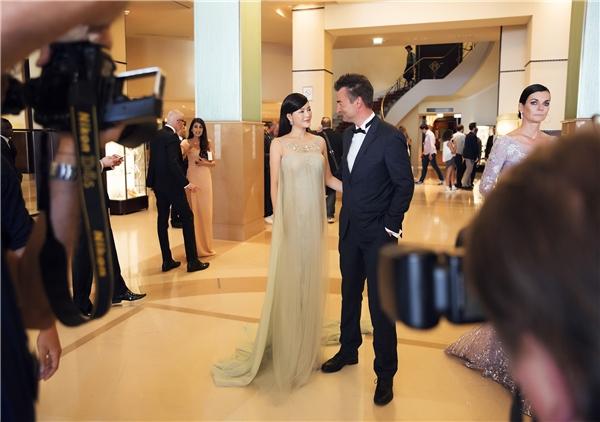 Ông Antoine Dray - người quản lí truyền thôngcho các đoàn phim và sao Hollywood trong khuôn khổ Cannes hết lời khen ngợi về sự quyến rũ của Lý Nhã Kỳ. Ông nói, Lý Nhã Kỳ may mắn được tạo hóa ban tặng cho vẻ đẹp, thần thái riêng biệt không thể trộn lẫn rất dễ chinh phục người khác từ cái nhìn đầu tiên.