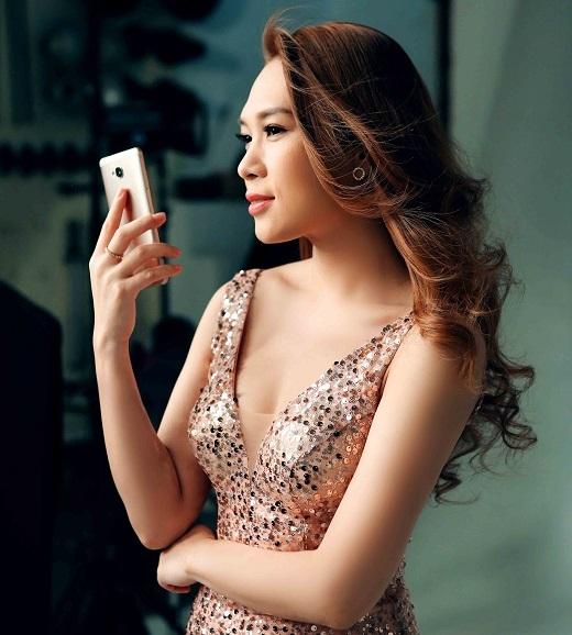 Trang phục đơn giản nhưng làm toát lên nét đẹp dịu dàng và quyến rũ của Mỹ Tâm - Tin sao Viet - Tin tuc sao Viet - Scandal sao Viet - Tin tuc cua Sao - Tin cua Sao