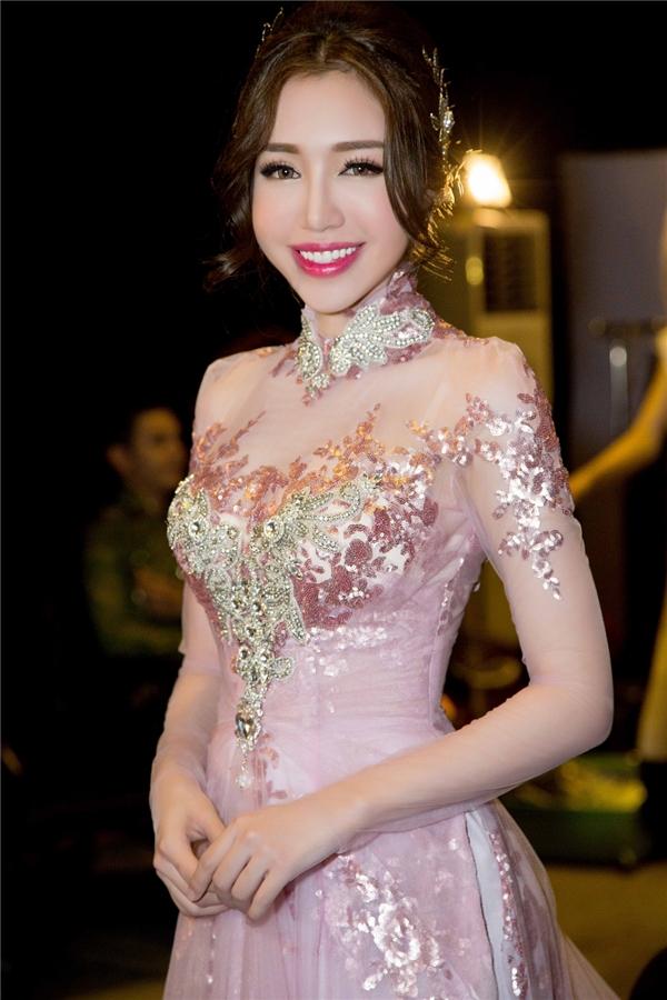 Thiết kế áo cưới Elly Trần diện nhấn mạnh ở phần ngực áo đính kết đá quý thành một trái tim to bản. - Tin sao Viet - Tin tuc sao Viet - Scandal sao Viet - Tin tuc cua Sao - Tin cua Sao