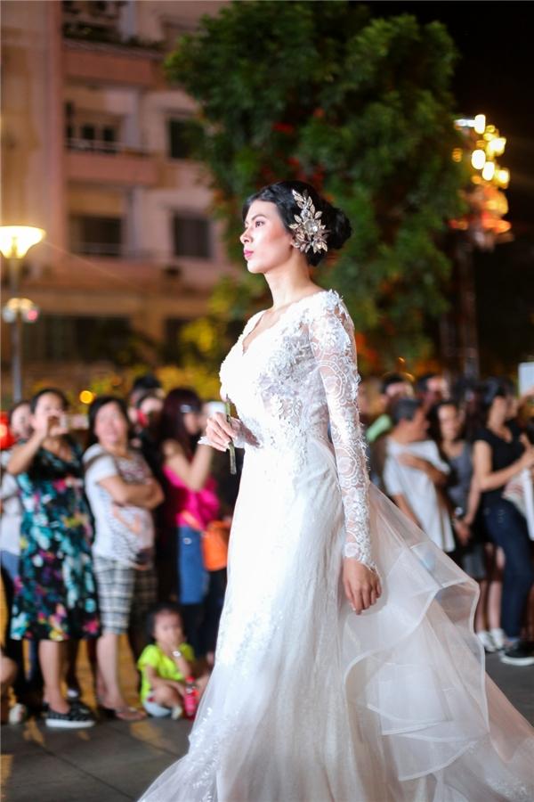 Những thiết kế áo cưới của NTK Anh Thư đại diện cho tình yêu đôi lứa và đề cao sự gắn kết giữa con người với nhau trong thời đại ngày nay. - Tin sao Viet - Tin tuc sao Viet - Scandal sao Viet - Tin tuc cua Sao - Tin cua Sao