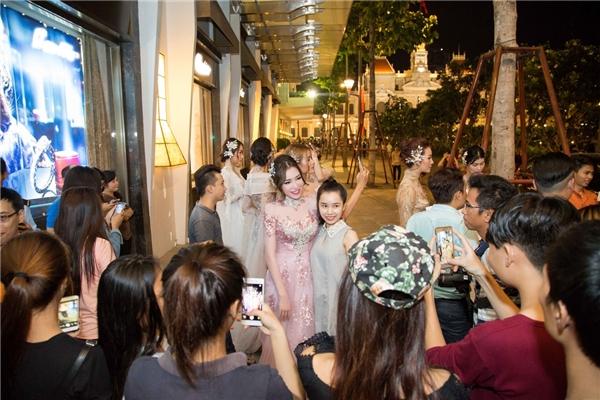 Ngắm Elly Trần rạng rỡ trình diễn áo dài xuyên thấu trên phố đi bộ - Tin sao Viet - Tin tuc sao Viet - Scandal sao Viet - Tin tuc cua Sao - Tin cua Sao