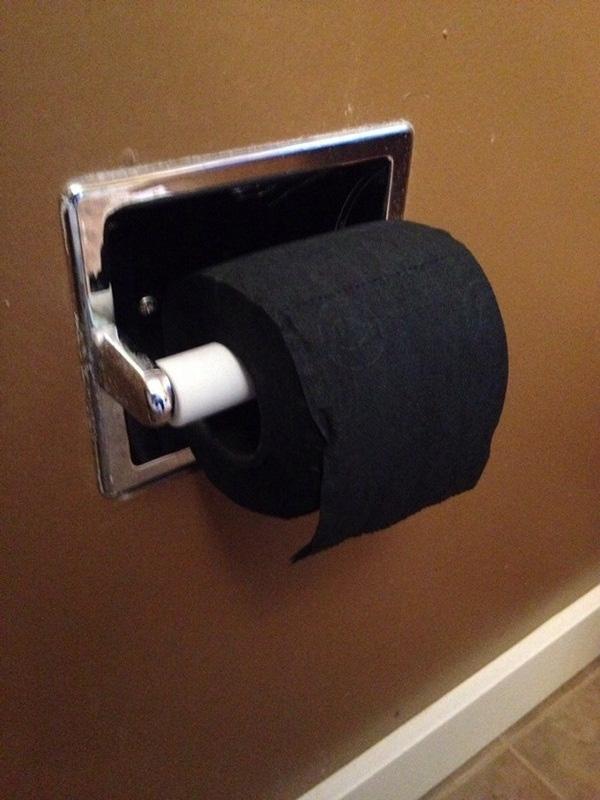 6. Giấy vệ sinh màu đen.