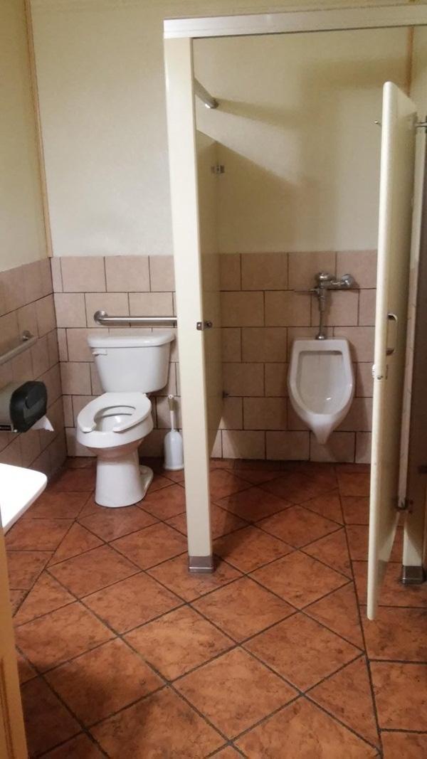 14. Bên cần có cửa thì không lắp, bên không cần thì lại có cửa che chắn, vậy là sao?