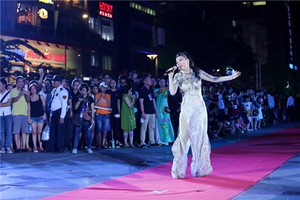 Hàng ngàn khán giả lặng người nghe Thu Minh hát mừng sinh nhật Bác - Tin sao Viet - Tin tuc sao Viet - Scandal sao Viet - Tin tuc cua Sao - Tin cua Sao