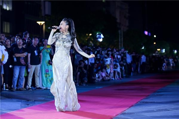 Hàng ngàn người dân TP HCM không khỏi xúc động nghẹn ngào khi được nghe tiếng hát Thu Minh và liên tục cổ vũ nồng nhiệt cho nữ ca sĩ. - Tin sao Viet - Tin tuc sao Viet - Scandal sao Viet - Tin tuc cua Sao - Tin cua Sao