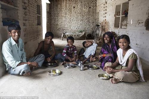 Gia đình bà Sumitra Ahirwar có 4 người con nhưng chỉ trừ Mahendra Ahirwar, còn lại đều khỏe mạnh bình thường.