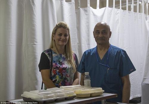 cô Julie Jones và bác sĩ trực tiếp phẫu thuật cho Mahendra