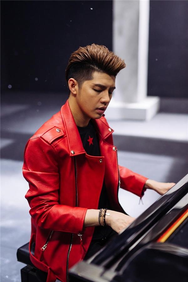 Hình ảnh Noo Phước Thịnh bên cạnh cây đàn piano từng được hé lộ trước đó. - Tin sao Viet - Tin tuc sao Viet - Scandal sao Viet - Tin tuc cua Sao - Tin cua Sao