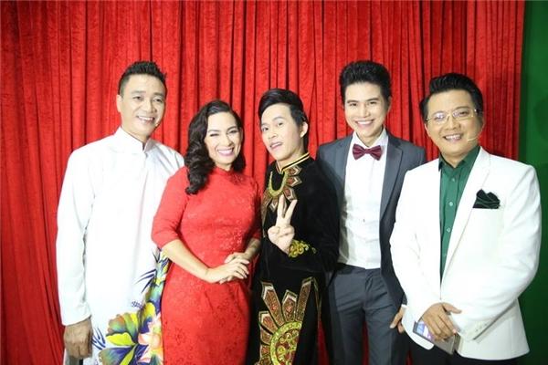 NSƯT Hoài Linh tạo dáng nhí nhảnh cùng các vị giám khảo của chương trình trước giờ lên sóng. - Tin sao Viet - Tin tuc sao Viet - Scandal sao Viet - Tin tuc cua Sao - Tin cua Sao