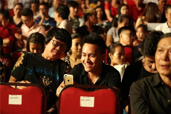 Thành Vinh đi cùng nam ca sĩ Nguyên Lộc đến theo dõi chương trình. - Tin sao Viet - Tin tuc sao Viet - Scandal sao Viet - Tin tuc cua Sao - Tin cua Sao
