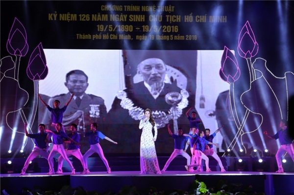 Đồng thời, Hồ Quỳnh Hương còn thể hiện niềm tự hào và vinh dự khi được mời biểu diễn trong chương trình Kỉ niệm 126 năm ngày sinh chủ tịch Hồ Chí Minh. - Tin sao Viet - Tin tuc sao Viet - Scandal sao Viet - Tin tuc cua Sao - Tin cua Sao