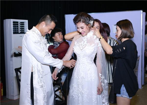 Trước khi bắt đầu đêm diễn, Lương Thế Thành khiến nhiều người phải ngưỡng mộ khi ân cần chăm sóc bà xã. - Tin sao Viet - Tin tuc sao Viet - Scandal sao Viet - Tin tuc cua Sao - Tin cua Sao