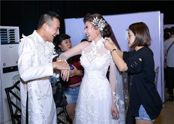 Khi bị ống kính truyền thông phát hiện, cặp đôi bật cười trong sự hạnh phúc mà nhiều người ganh tị. - Tin sao Viet - Tin tuc sao Viet - Scandal sao Viet - Tin tuc cua Sao - Tin cua Sao