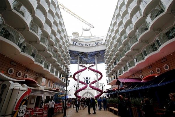 Con tàu gồm có 18 boong với sức chứa đến 6.780 hành khách trong 2.747 phòng.