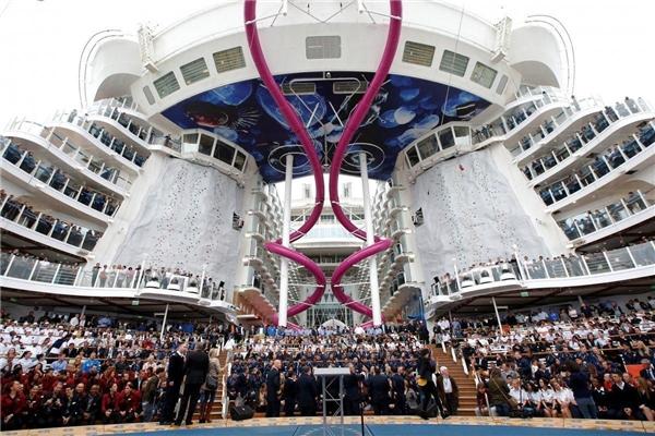 Giống như các tàu thuộc lớp Oasis khác, Harmony of the Seas cũng có một quảng trường nằm ở phía đuôi tàu