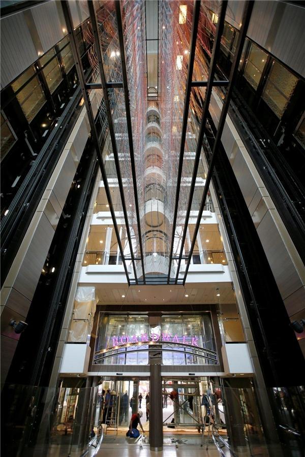 Harmony of the Seas được trang bị 24 thang máy dành cho khách