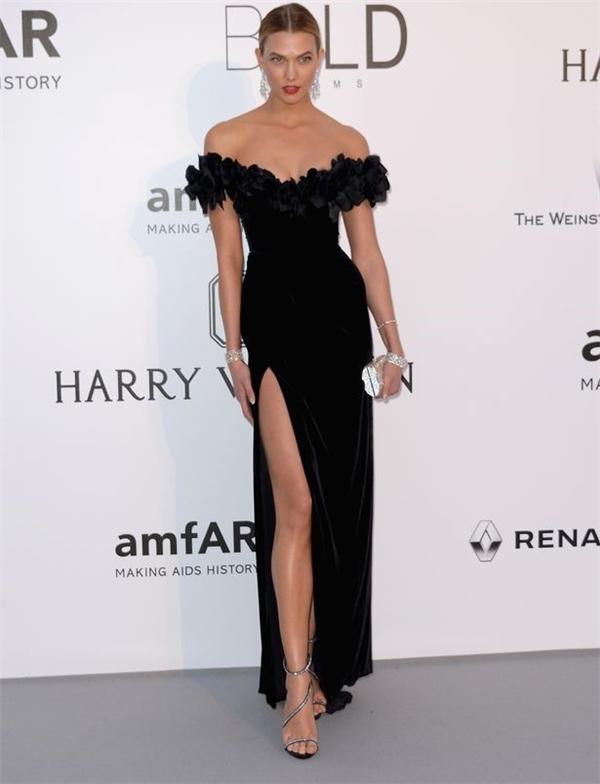 Tham dự đêm tiệc nằm trong khuôn khổ Liên hoan Phim Cannes lần thứ 69, cựu thiên thần nội y Karlie Kloss diện bộ váy đen vừa ngọt ngào nhưng vô cùng quyến rũ bởi đường xẻ sâu hút của nhà mốt Marchesa. Đi kèm bộ trang phục của nữ người mẫu là phụ kiện ánh kim nổi bật.