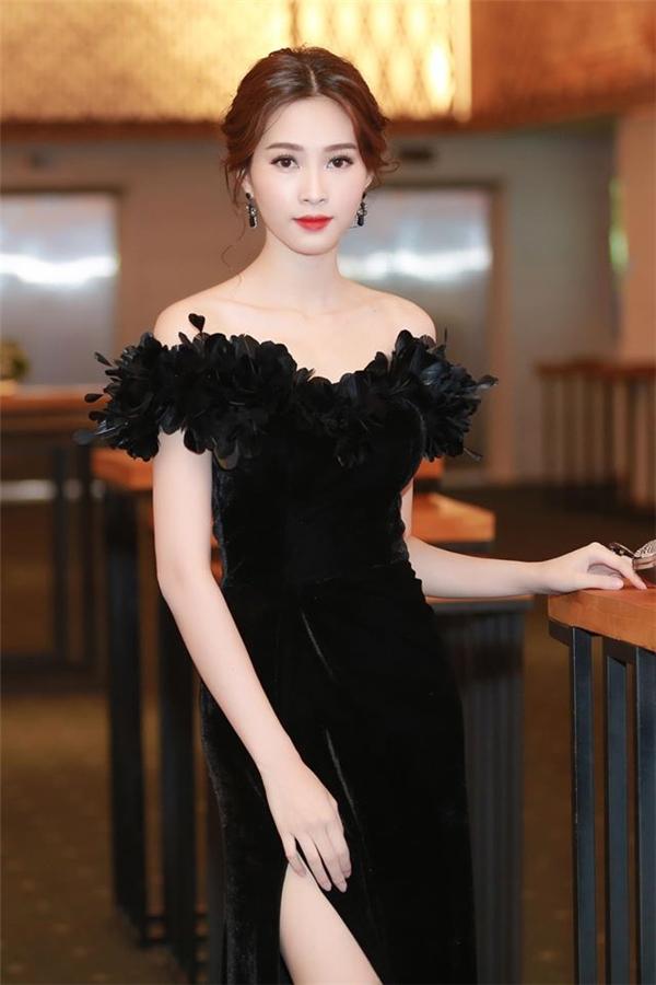 Không khó để nhận ra Hoa hậu Đặng Thu Thảo từng diện một thiết kế tương tự. Tuy nhiên, bộ váy này lại gây ra rắc rối cho người đẹp 9X khi bị phát hiện là sản phẩm đạo thiết kế của Marchesa. Đây là lần đầu tiên Hoa hậu Việt Nam 2012 dính thị phi liên quan đến chuyện trang phục.