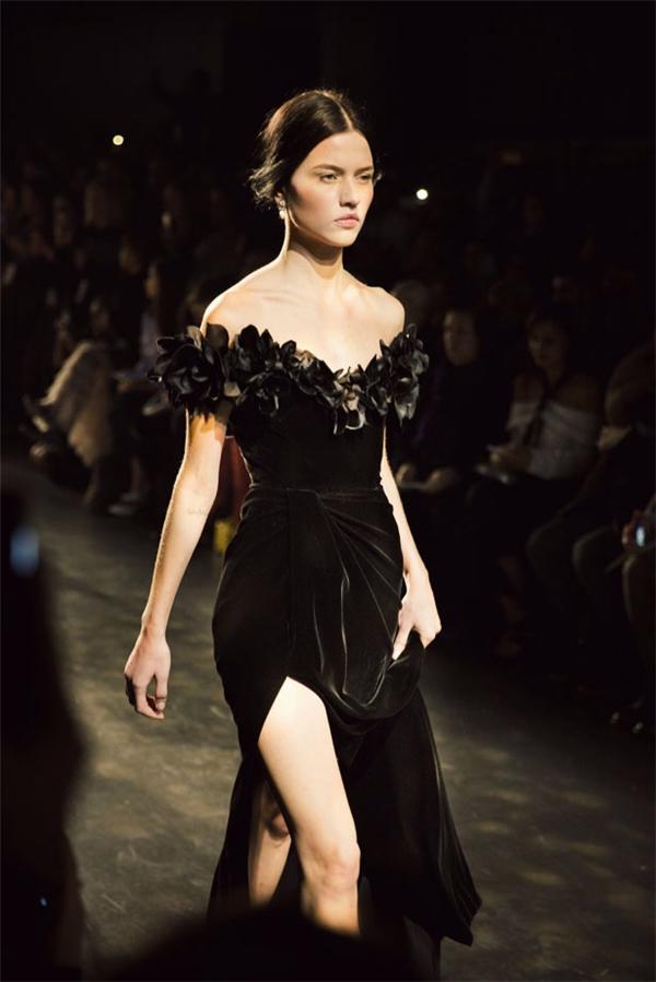 Bộ váy của Marchesa có giá bán trên thị trường khoảng gần 5.000 đô-la (tương đương 100 triệu đồng).