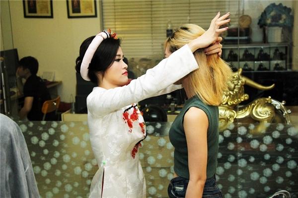 Tại công ty, Đông Nhi đích thân trang điểm, làm tóc và cả chỉnh trang trang phục cho từng thành viên của Lip B. - Tin sao Viet - Tin tuc sao Viet - Scandal sao Viet - Tin tuc cua Sao - Tin cua Sao