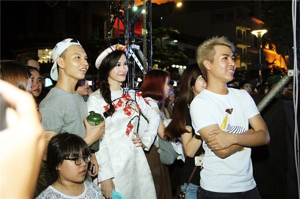Ở bên dưới, Đông Nhi cùng nhạc sĩ Huỳnh Hiền Năng chăm chú theo dõi màn biểu diễn của Lip B. - Tin sao Viet - Tin tuc sao Viet - Scandal sao Viet - Tin tuc cua Sao - Tin cua Sao