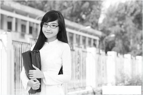 Nhìn lại hình ảnh thời cắp sách đến trường của Elly Trần chắc chắn sẽ khiến nhiều người bất ngờ. Thay vào sự gợi cảm hiện tại chính là nét trẻ trung, ngây thơ của tuổi học trò.