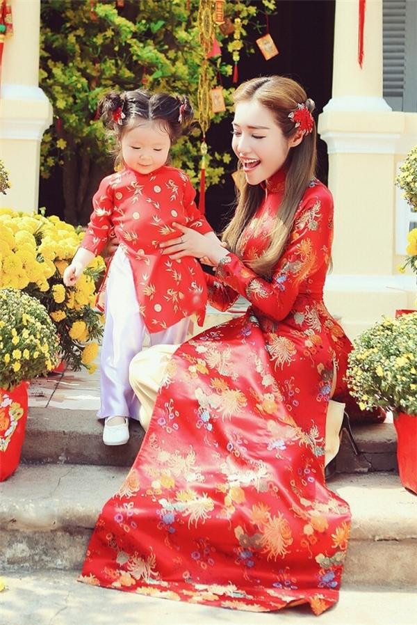 Elly Trần và con gái Cadie Mộc Trà diện áo dài gấm với sắc đỏ nồng nàn, quyến rũ.