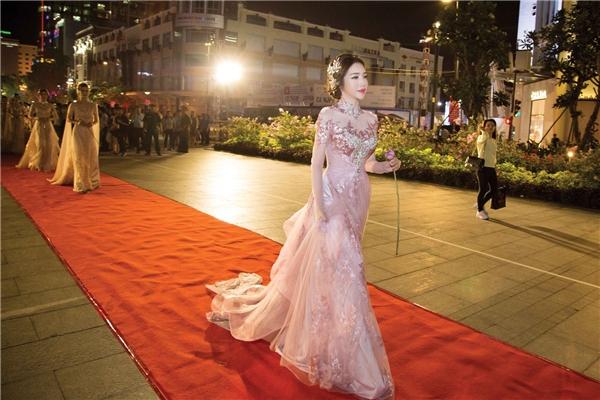 Tối qua, Elly Trần trình diễn áo dài trên phố đi bộ Nguyễn Huệ. Sự xuất hiện của cô khiến khán giả vô cùng bất ngờ xen lẫn thích thú.