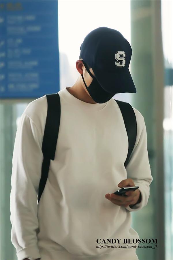 Song Joong Ki trùm kín mặt, không giấu được sự mệt mỏi ở sân bay