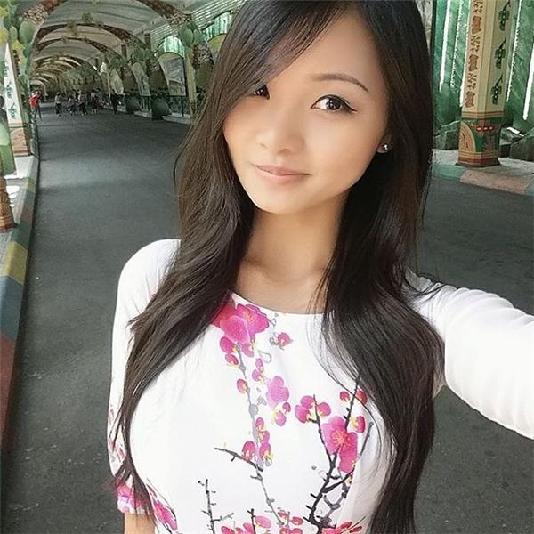 Cindy Phan trong bộ áo dài truyền thống, dạo chơi khu vui chơi Suối Tiên trong một lần về Việt Nam.(Ảnh: Instagram @dearcindyphan)