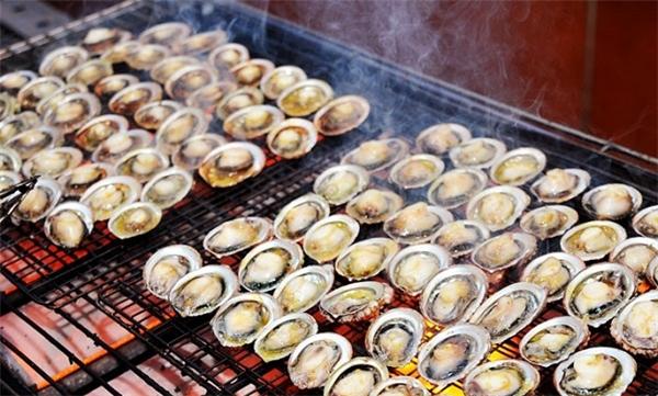 Được người dân và du khách ưa chuộng đó là món bào ngư nướng.(Ảnh: Internet)