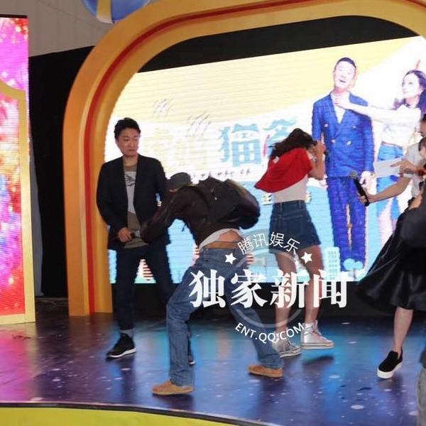 Sao Hoa ngữ hoảng hồn vì bị tấn công ngay trên sân khấu