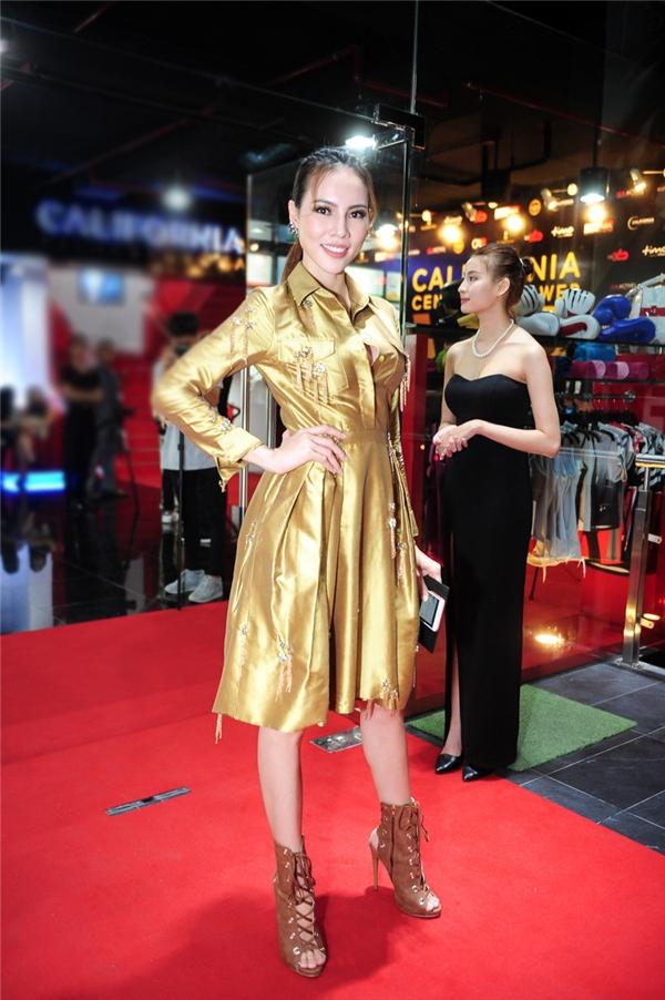 Lệ Quyên lại chọn cho mình chiếc váy tông màu ánh vàng sang trọng, tinh tế. - Tin sao Viet - Tin tuc sao Viet - Scandal sao Viet - Tin tuc cua Sao - Tin cua Sao
